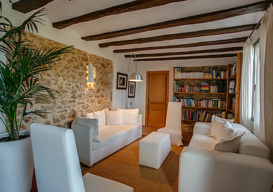 Welcoming sitting area at Detox Retreat MasQi offered by SIS Spa in Spain